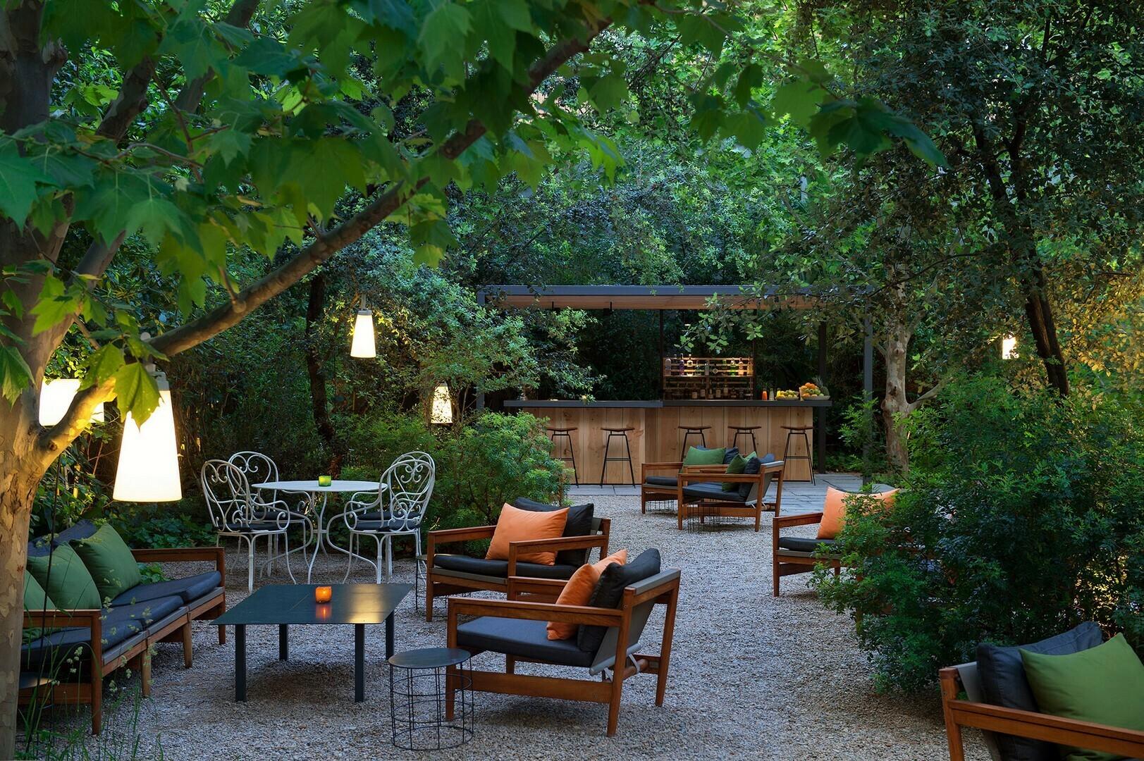 Restaurante en la terraza del hotel alma de barcelona for Restaurantes con terraza madrid
